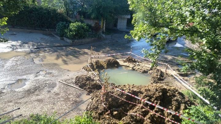 Скоро рыбу запустят: «Концессии водоснабжения» превратили в озеро двор в центре Волгограда