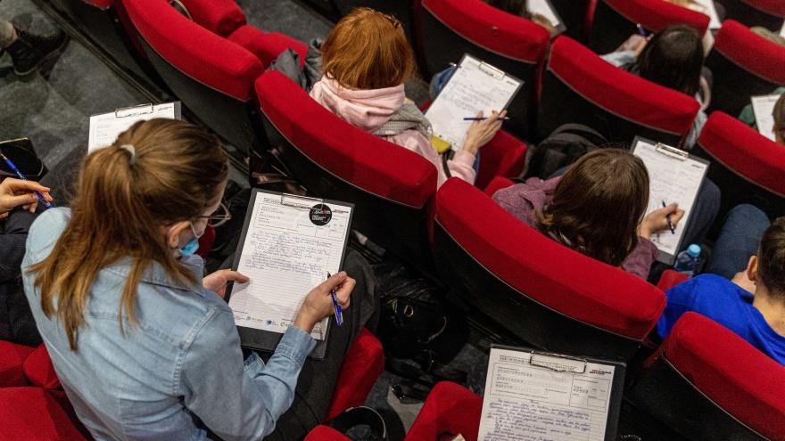 «Тотальный диктант»: 15 фото, как новосибирцы проверяли свою грамотность на местах депутатов и в оперном театре