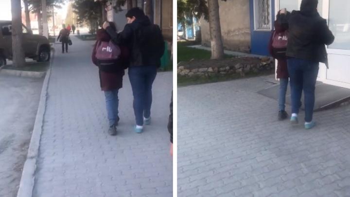 Женщина протащила дочь за волосы по центру Искитима — как отреагировала на скандальное видео полиция