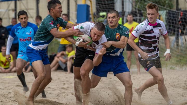 В Новосибирске прошли соревнования по пляжному регби — посмотрите на красавцев в песке