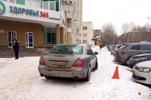Публикуем традиционную подборку фотографий нарушителей правил парковки с улиц Екатеринбурга
