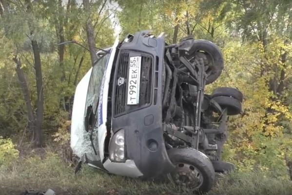 От сильного удара микроавтобус упал на бок