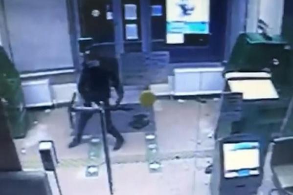 В Дзержинском районе пьяный мужчина вскрыл банкомат электросамокатом
