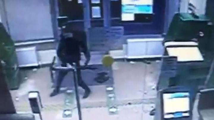 Современные технологии кражи: в Волгограде пьяный мужчина вскрыл банкомат электросамокатом