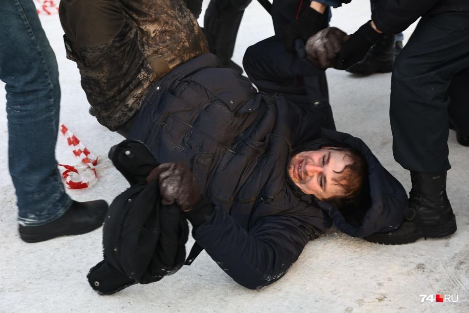Олега Шамбурова тоже задержали, когда он попал в замес во время шествия
