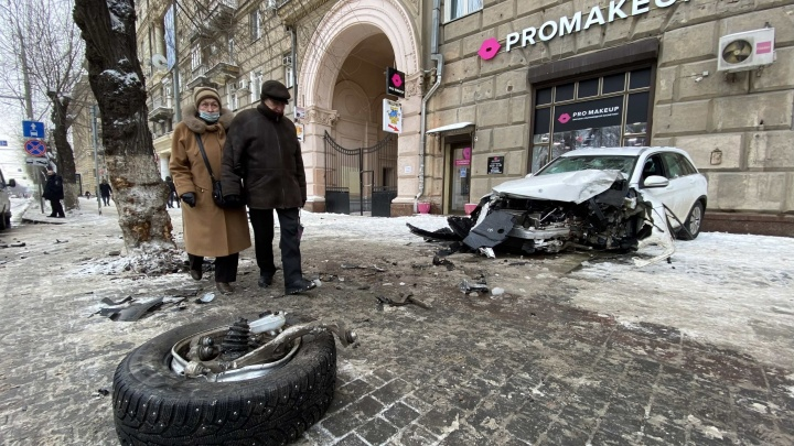 От удара перепутал газ и тормоз: стали известны подробности жесткой аварии на перекрестке в центре Волгограда