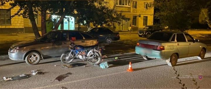 В Волгограде водитель мопеда выжил после столкновения с двумя легковушками