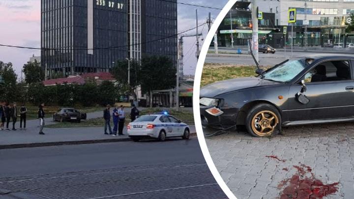 В центре Екатеринбурга пьяный водитель иномарки вылетел на тротуар и сбил пешеходов