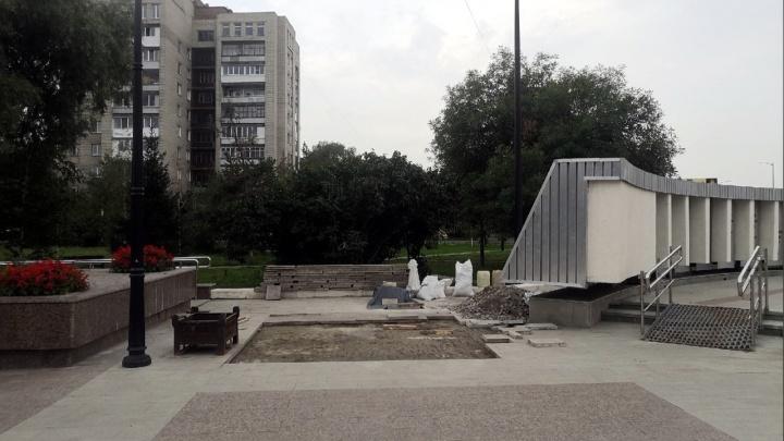 На бульваре Победы меняют плитку, которую уложили в прошлом году