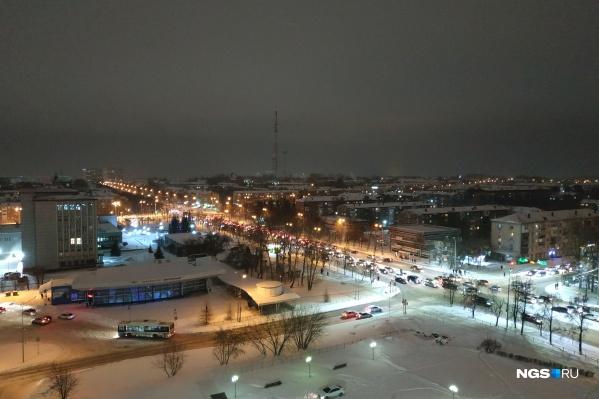 Операция на первый глаз проходила в Кемерово: вечерний вид города во время режима «черного неба»