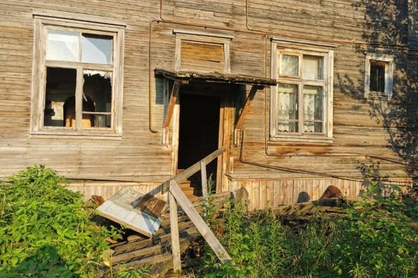 Рухнувший дом на Колхозной — не единственное здание на острове, требующее расселения