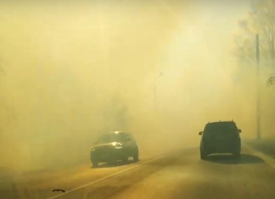 В Тюмени дорогу заволокло дымом