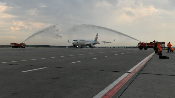 В Кольцово первый борт дочерней фирмы авиакомпании Lufthansa встретили водной аркой