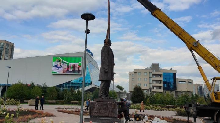 В Парке 400-летия Красноярска установили 5-метровый памятник бывшему главе края Федирко