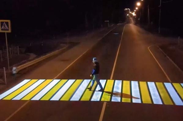 По задумке, на такой зебре лучше видно пешехода в темноте
