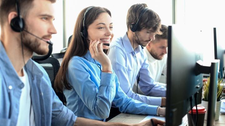Передать поздравления и вызволить из Мадагаскара: о чём просят люди, когда звонят в контактный центр