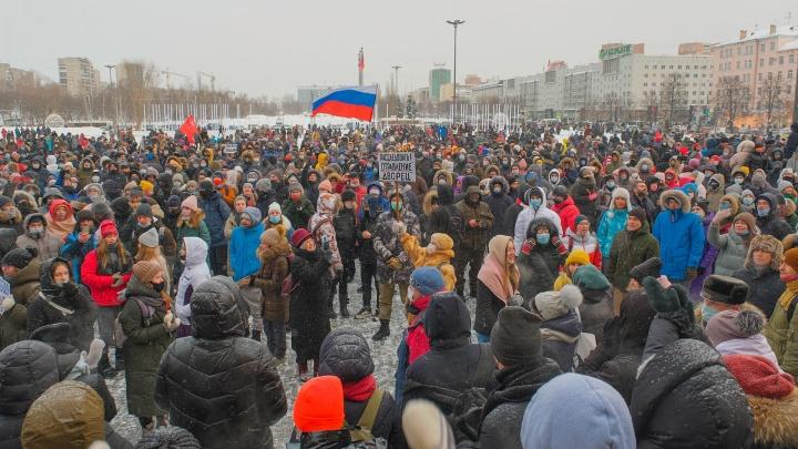 Подросток в оппозиции: можно ли ходить на митинги, критиковать власти в соцсетях и что за это будет?