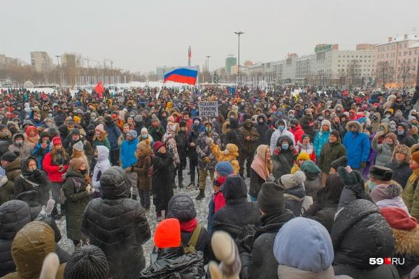 Среди участников несанкционированных протестных акций были люди разных возрастов, в том числе подростки. Мы узнали, как они могут высказывать свою политическую позицию, а как — нет