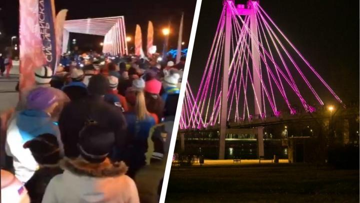Сотни красноярцев с фонариками устроили 5-километровый забег на остров Татышев в «Час Земли»