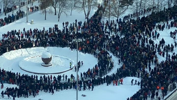 Тысячи человек прошли до сквера: показываем акцию протеста в Екатеринбурге сверху