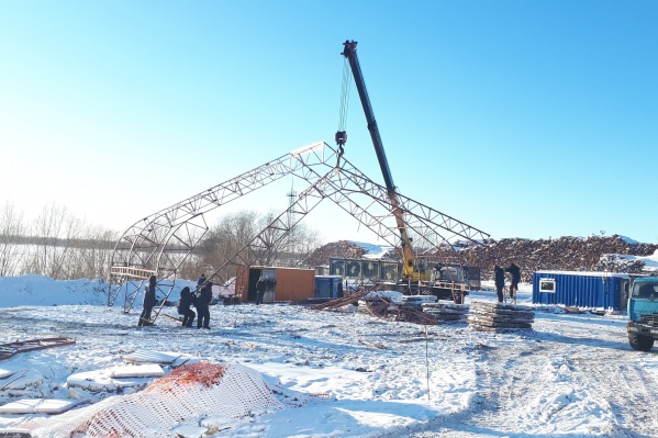На правом берегу Северной Двины сейчас рабочие возводят технические сооружения, чтобы проще было в условиях зимы собирать трубы