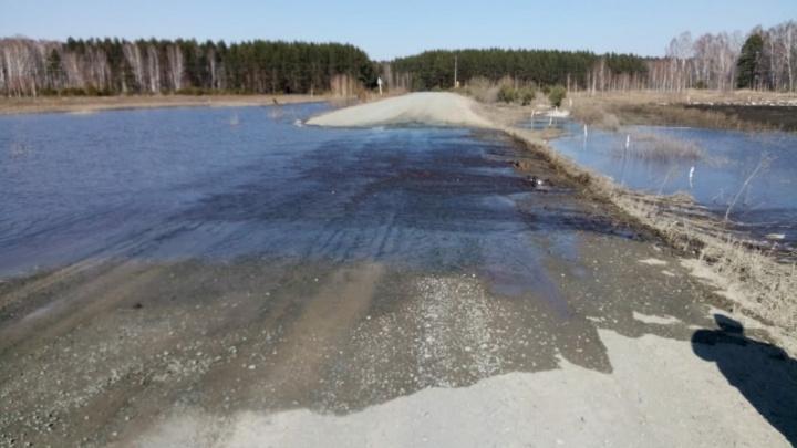 В Омской области затопило трассу в северные районы— движение ограничено