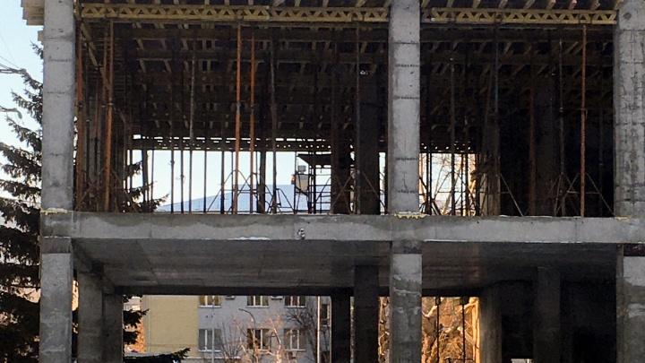 Придется разобрать: тюменцы под видом частного дома застроили охранную зону