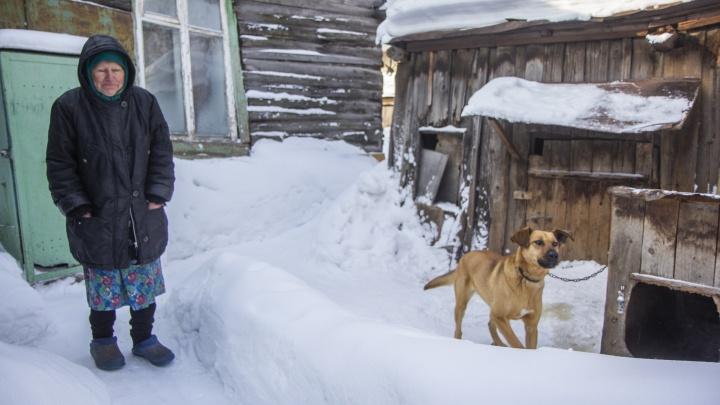Ни газа, ни отопления, ни воды. История о том, как одинокая пенсионерка выживает в избушке в центре Уфы