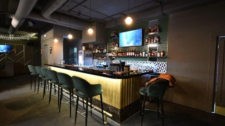 В центре Екатеринбурга открылось новое заведение со сценой и караоке