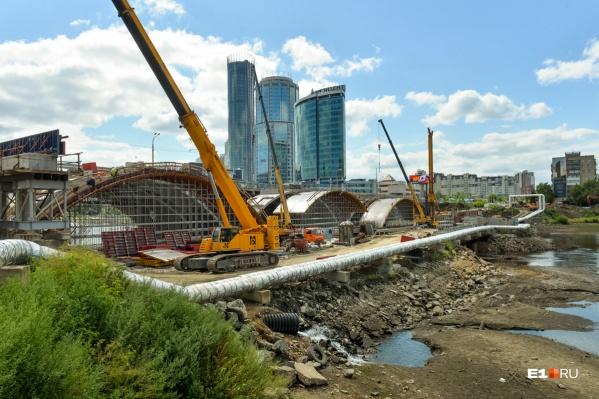 Власти Екатеринбурга запустили трансляцию ремонта важнейших мостов города