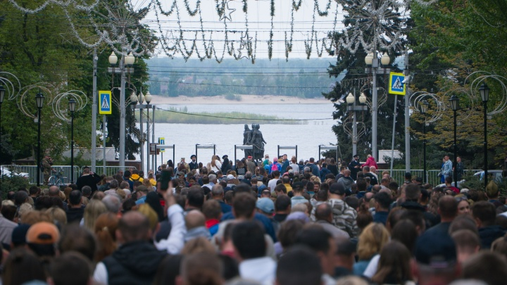 Взгляд из толпы: фотограф показал парад Победы глазами простых волгоградцев