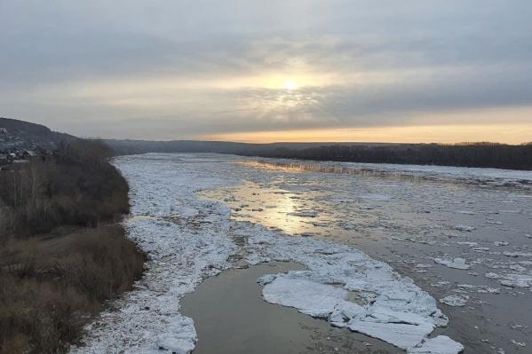 """Ледоход на Томи начался вечером <nobr class=""""_"""">13 апреля</nobr>. А так река в Кемерово выглядела утром <nobr class=""""_"""">14 апреля</nobr>"""