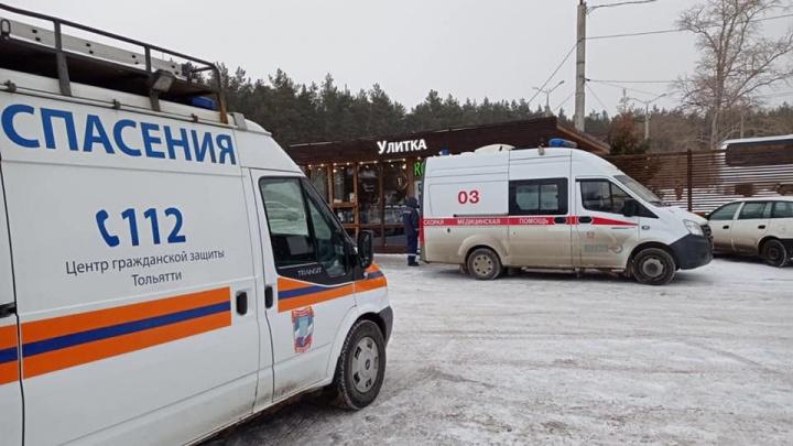 В Самарской области спасатели эвакуировали женщину после столкновения с забором