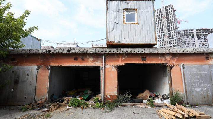 «Ворота сняты, все украдено»: владельцы гаражей в Екатеринбурге пожаловались на незаконное выселение