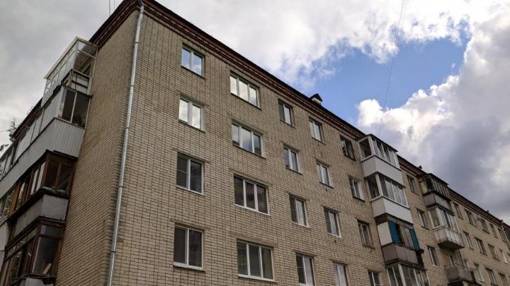 В подъезде екатеринбургской пятиэтажки посреди дня изнасиловали девушку