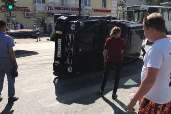 Машину поставили обратно на колеса