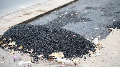Шахтинские власти пригрозили оштрафовать жителя, который сам ремонтирует дороги