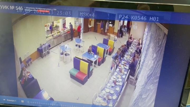 «Вместо УИКа видим, как кушают люди»: в Минусинске трансляцию выборов ведут из столовой