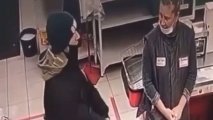 В Омске задержали мужчину, напавшего с ножом на продавцов супермаркета. Он пожаловался на их хамство