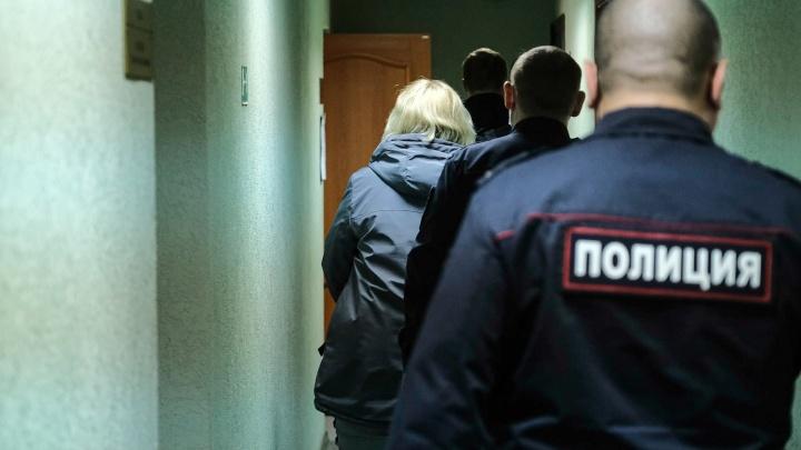 Под Чусовым при пожаре погибли четверо детей — их матери не было дома. Женщину арестовали до суда