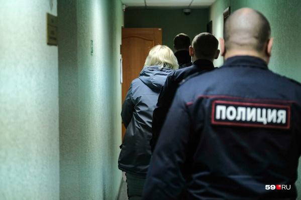Блондинка, идущая по коридору, — мать погибших при пожаре детей. Сегодня ей избрали меру пресечения
