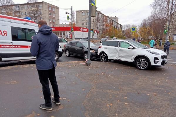 Авария случилась днем на перекрестке у кинотеатра «Русь»