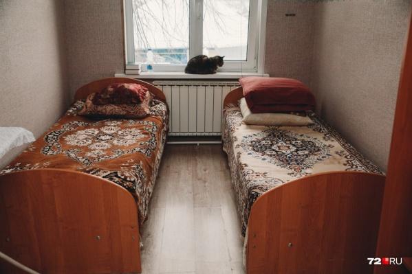 Нередко частные пансионаты, работающие нелегально, размещаются в арендованных частных домах и очень напоминают дешевые хостелы