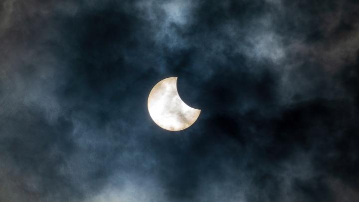 Для тех, кто всё пропустил: подборка лучших фото солнечного затмения