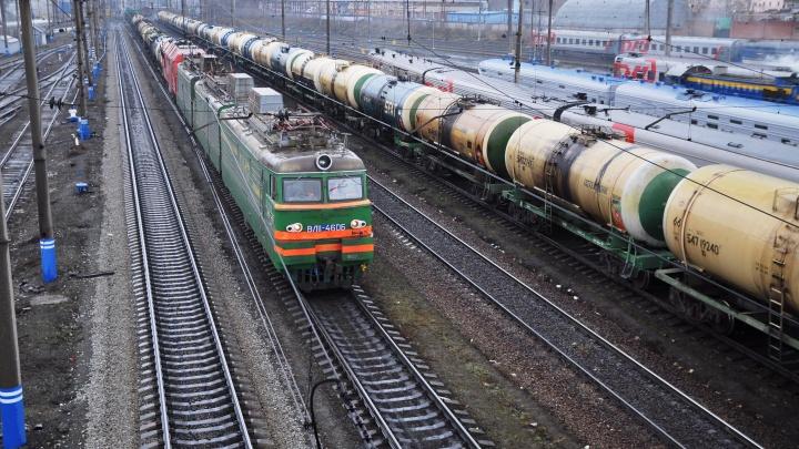 На севере Свердловской области грузовой поезд с лесом сошел с рельсов