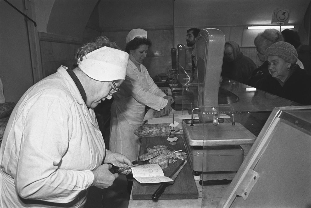 Ленинградцы отоваривают продовольственные карточки, 1990 год