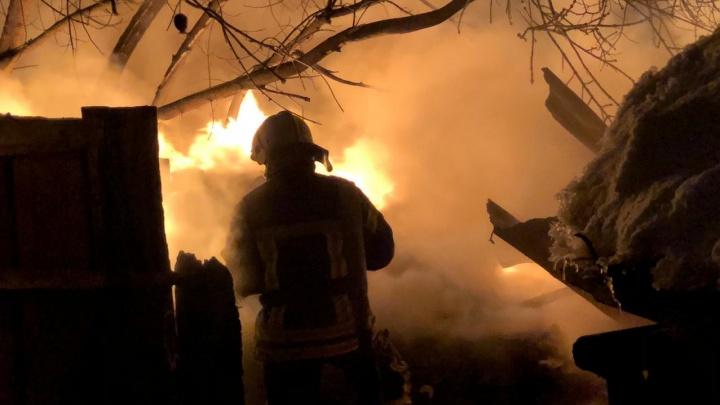 На Балластной вспыхнул частный дом: во время пожара замкнули электросети и взорвались два газовых баллона