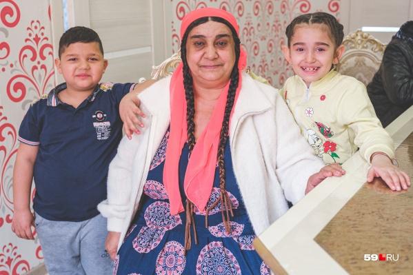 Цыганка Мария с внуками