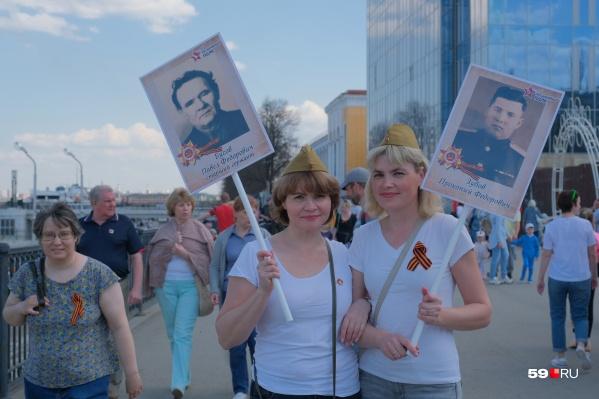 Девушки с плакатами «Бессмертного полка»