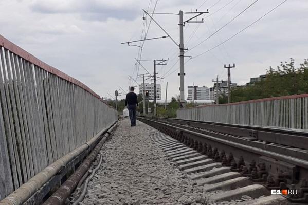 По железнодорожному мосту ходить опасно, к тому же запрещено. Но людей это не останавливает